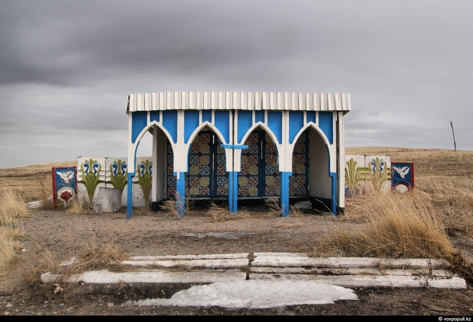 populi.kz   Bus stops in the steppes of Kazakhstan 哈萨克斯坦草原上的图片