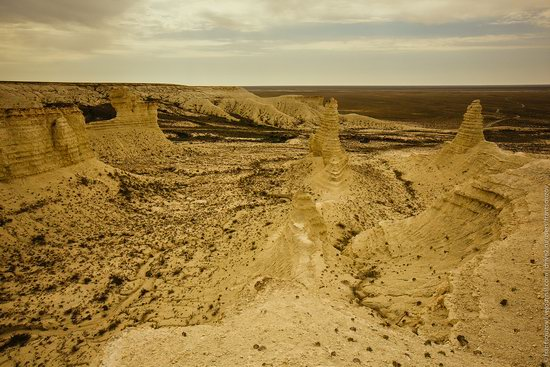 Bizarre Chalk Cliffs of Akkergeshen Plateau, Atyrau Oblast, Kazakhstan, photo 9
